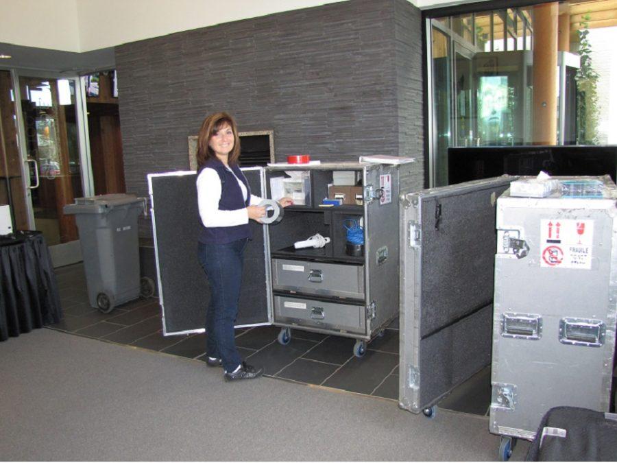 Photo d'une employée du SCIC sur les lieux d'une conférence
