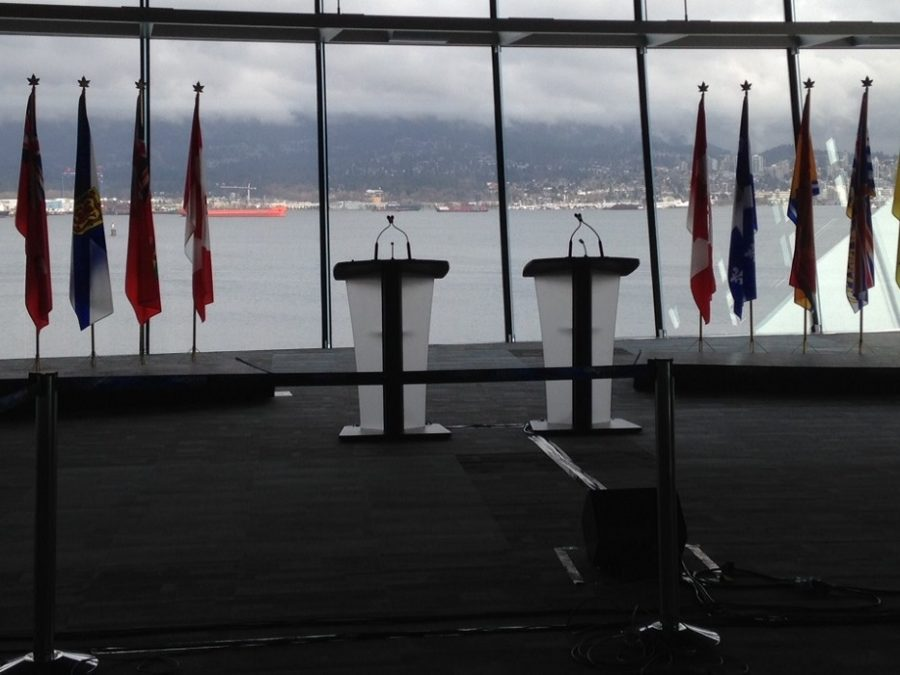 Photo de deux podiums et de drapeaux